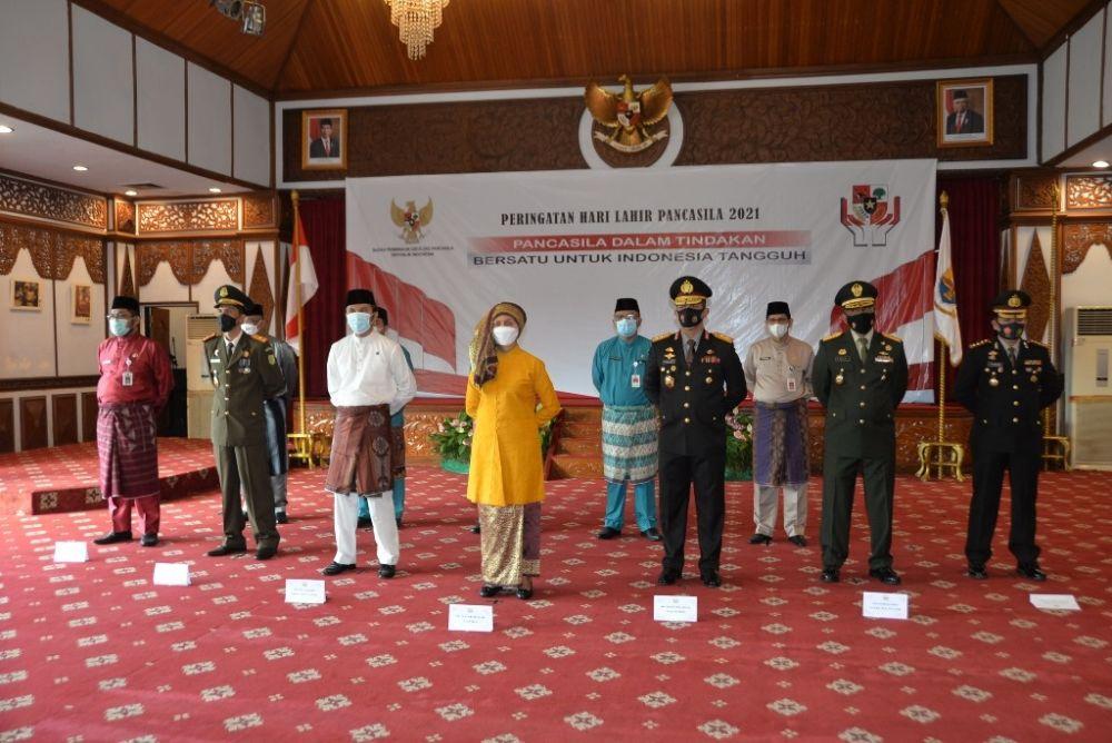 Pj. Gubernur Jambi Dr. Hari Nur Cahya Murni, M.Si mengikuti secara virtual upacara peringatan Hari Lahir Pancasila