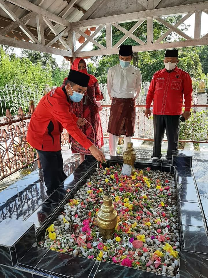 Anggota dewan Muarojambi melakukan tabur bunga di Makam Pahlawan