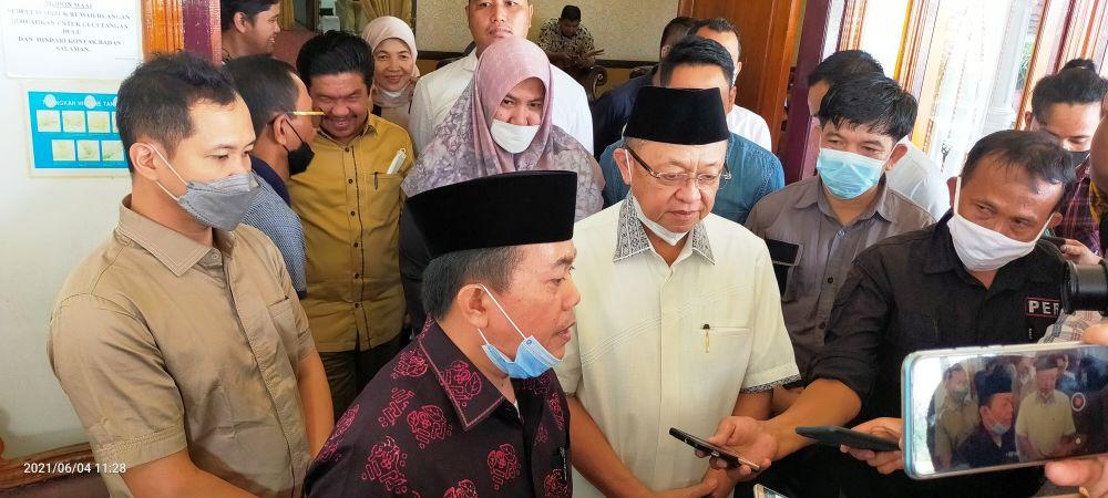 Wawancara H Haris dan H Cek Endra di Rumdis Bupati Sarolangun, Jum'at (04/06) sekitar pukul 11.35 WIB