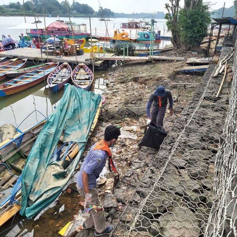 Sampah plastik yang dipungut dari Danau Sipin