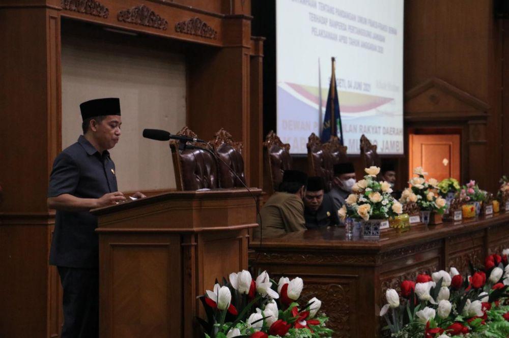Juru Bicara Fraksi PDIP Usman Halik membacakan pandangan fraksi