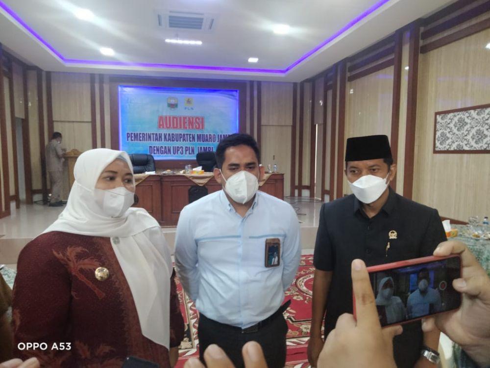 Robinson Sirait mendampingi Bupati Muarojambi Hj Masnah Busyroh dan perwakilan PLN.