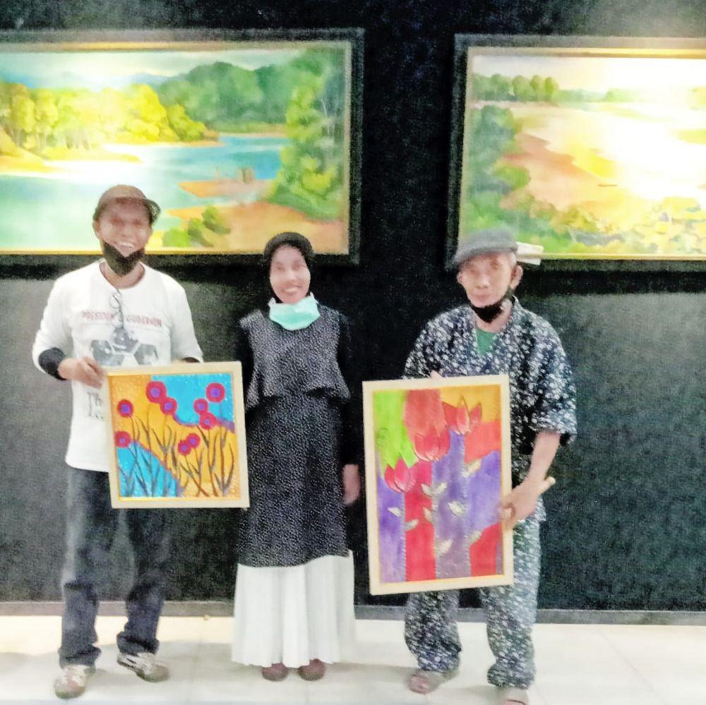 Erlinda Herawati Harahap (Guru SD Kota Jambi)  berpartisipasi pameran lukisan pendamping.
