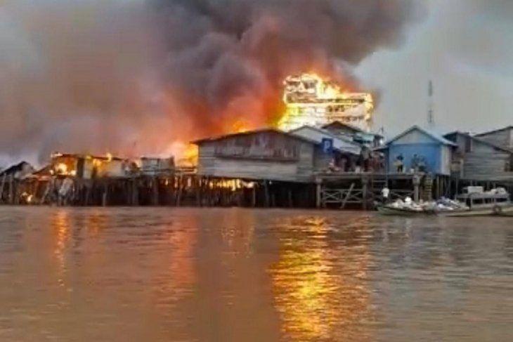 Kebakaran besar yang terjadi di perkampungan diatas air Mendahara Tengah, Kabupaten Tanjujabung (Tanjab) Timur, Selasa (8/6/2021) sekitar pukul 04.30 WIB.