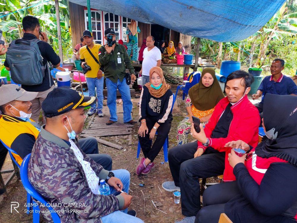 Ketua DPRD Provinsi Jambi Edi Purwanto vidio Video Call langsung dengan Mensos ibu Risma melaporkan kebakaran di Mendahara Tengah, Tanjung Jabung Timur, dan didampingi Wabup dan Kades Nurhidayah setempat.