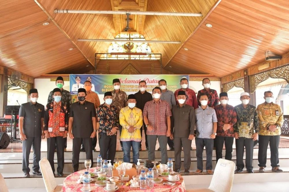 Foto bersama Rombongan Pansus II DPRD Muarojambi dan Bupati Batanghari