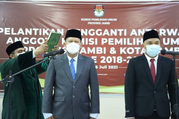 Suparmin saat dilantik PAW KPU Provinsi Jambi bersama Arief Lesmana Yoga, S.TP Komisi Pemilihan Umum Kota Jambi