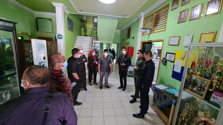 Anggota Komisi IV DPRD Provinsi Jambi yang membidangi persoalan pendidikan, melakukan inspeksi mendadak (sidak) ke dua Sekolah Menengah Atas (SMA) Negeri di Kota Jambi. Yakni SMAN 1 dan SMAN 5. Kamis (8/7/2021)