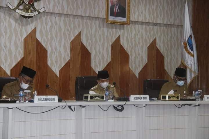 Gubernur Jambi Al Haris saat memimpin rapat didampingi Wakil Gubernur Abdullah Sani
