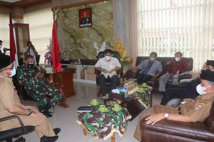 Wakil Gubernur Jambi Drs.H.Abdullah Sani, M.Pd.I, didampingi Sekretaris Daerah H.Sudirman,SH,MH, menghadiri FGD Penanganan Karhutla di Ruang Rapat Danrem 042/Gapu Jambi.
