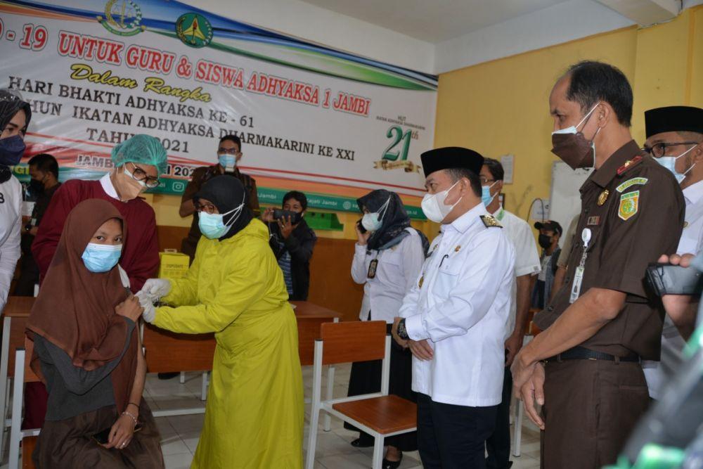Gubernur Jambi Al Haris meninjau pelaksanaan vaksinasi covid-19 di SMA Adhyaksa Jambi, Rabu (14/7/21).