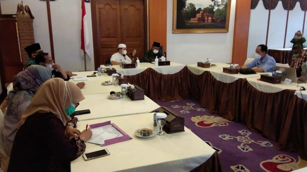 Rapat penanganan Covid-19 menyikapi peningkatan jumlah pasien dengan mengeluarkan Instruksi Gubernur di Rumah Dinas Gubernur Jambi, Jumat (16/7/21).