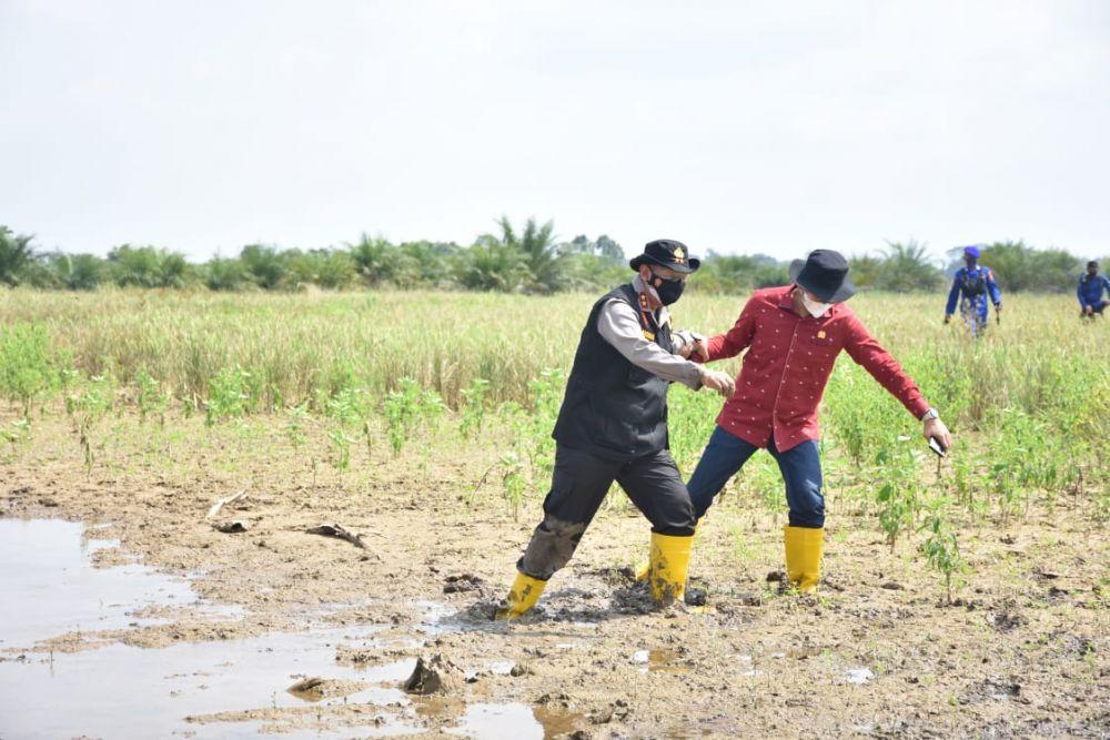 Ketua DPRD Provinsi Jambi Edi Purwanto bersama Kapolda Jambi Irjen Pol Rachmad Wibowo turun untuk melihat langsung kondisi Taman Nasional Berbak di Kabupaten Tanjung Jabung Timur, Jumat (16/7/2021).