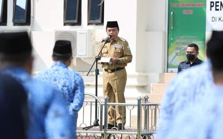 Gubernur saat mengukuhkan  Pejabat Pimpinam Tinggi Pratama , Administrator, dan Pengawas Lingkup Pemerintah Provinsi Jambi, bertempat lapangan Dalam Kantor Gubernur, Senin (19/07/2021)