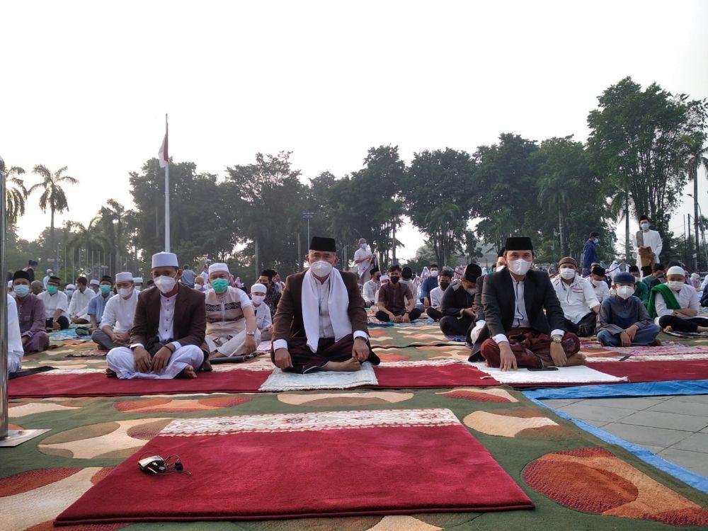 Ketua DPRD Provinsi Jambi Edi Purwanto melaksanakan shalat Idul Adha 1442 H di Lapangan Kantor Walikota Jambi, Selasa (20/1/2021).