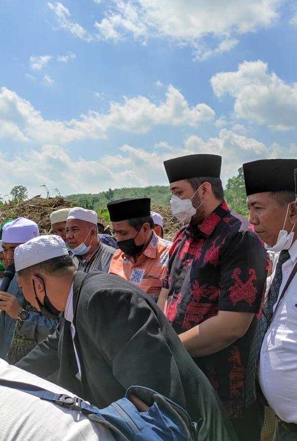 Waka Pinto Jayanegara Ikut mendampingi HBA meletakkan batu pertama pembangunan Masjid dan Pondok Pesantren Daaru At Tauhid yang berlokasi di Desa Batu Ampar Kecamatan Pauh Kabupaten Sarolangun.