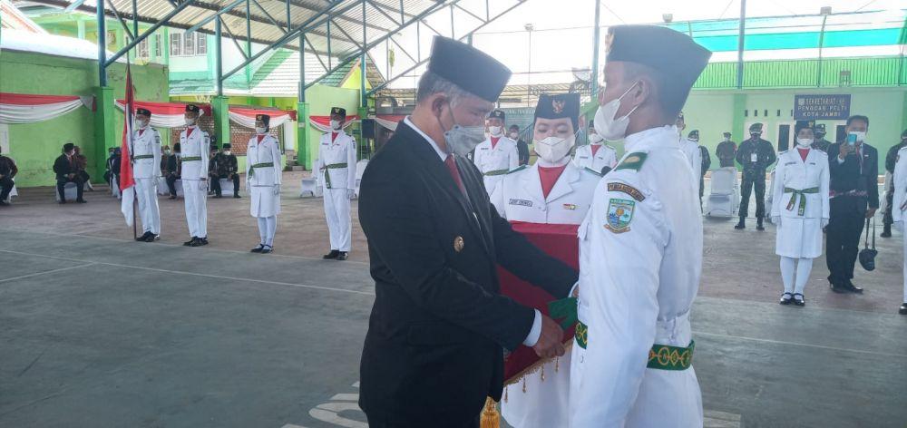 Walikota jambi H Syarif Fasha saat mengukuhkan pasukan pengibaran bandara