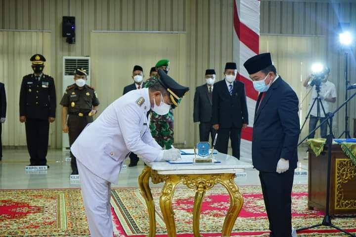 Gubernur Jambi Al Haris saat menyaksikan penandatanganan naskah pelantikan Bupati Merangin Mashuri