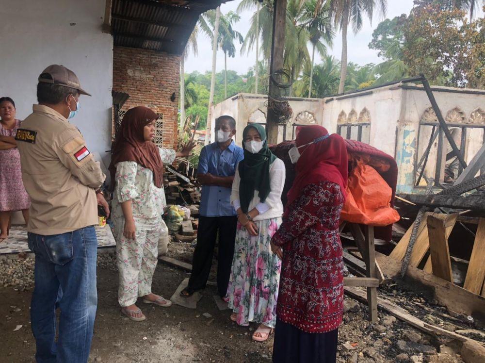 SANGGAR TARI  Pelito Mudo yang mendapat musibah dikunjungi  Hj. Hesnidar di Haris, SE (istri Gubernur Jambi) dan  Hj. Nurhaida Mashuri (istri Bupati Merangin)