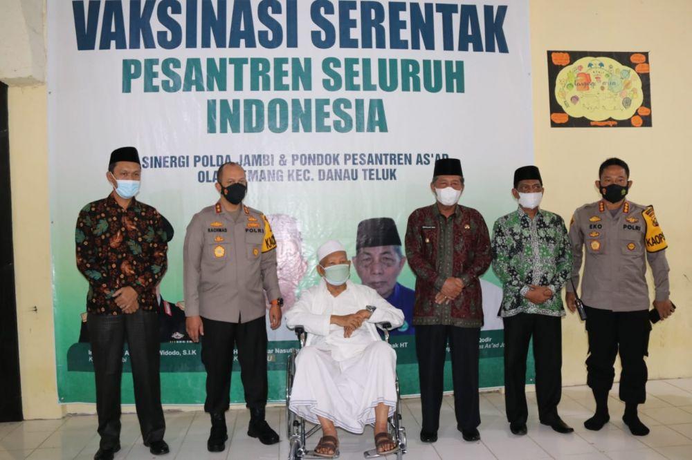 Vaksinasi Massal Bekerja Sama dengan Polda Jambi dan PWNU Provinsi Jambi di Pondok Pesantren As'ad Olak Kemang Jambi kamis (2/9/21)