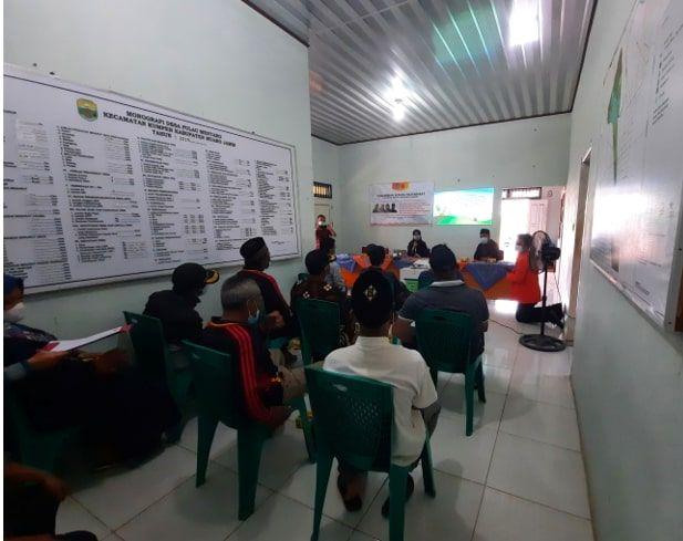 Tim penyuluhan tengah memberikan materi didampingi Kades Pulau Mentaro, Masril