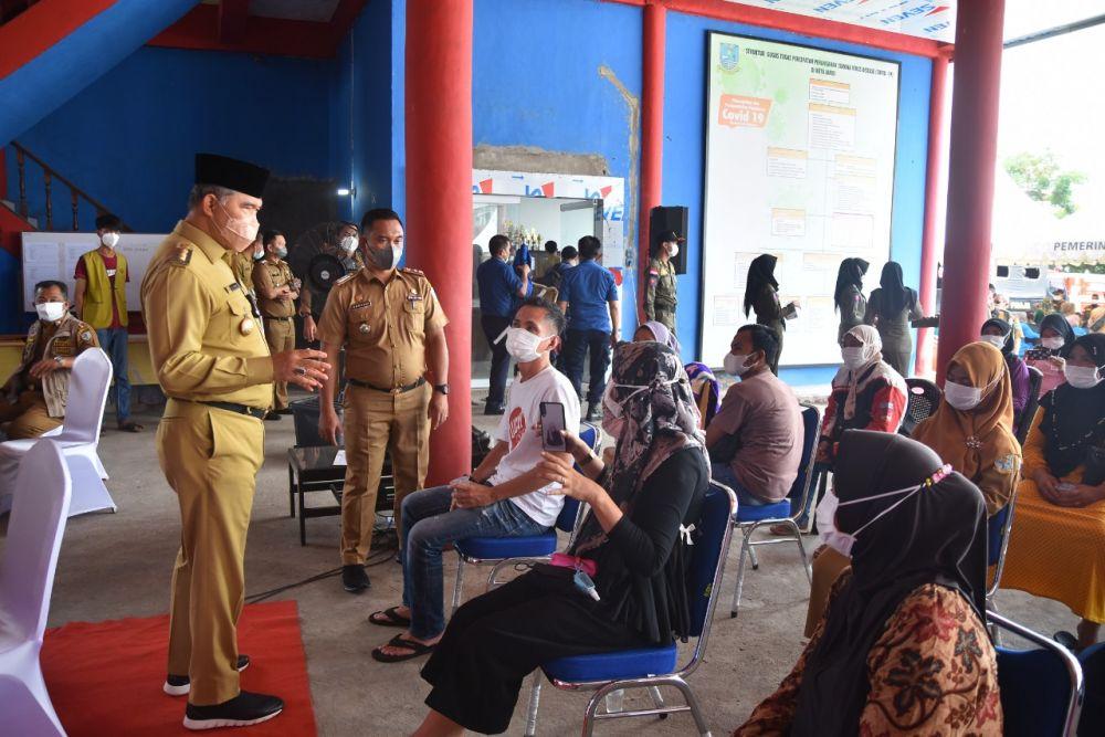 Walikota Fasha melihat pelaksanaan vaksin warga kota Jambi.