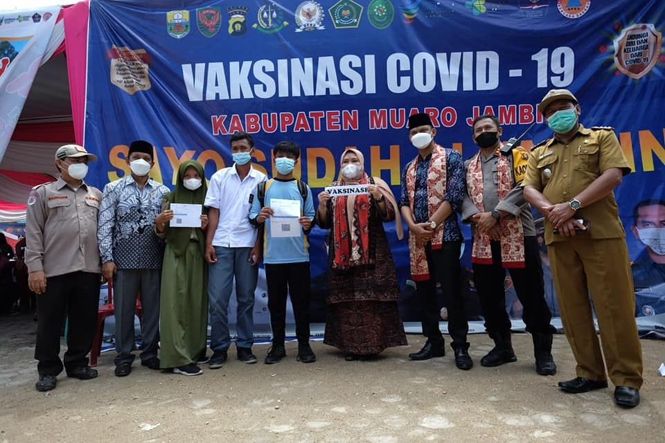 Foto bersama Ketua DPRD dan Bupati Muarojambi.