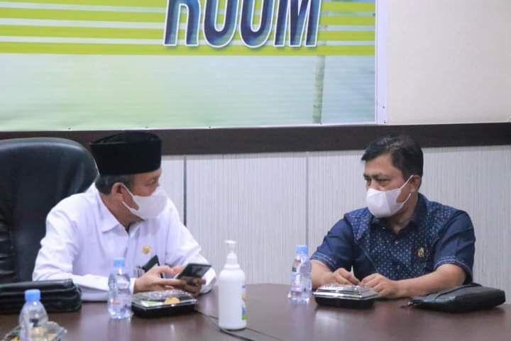 Ketua Komisi IV DPRD Provinsi Jambi M Khairil saat bersama Sekretaris Daerah Tanjabbar Haji Agus Sanusi.