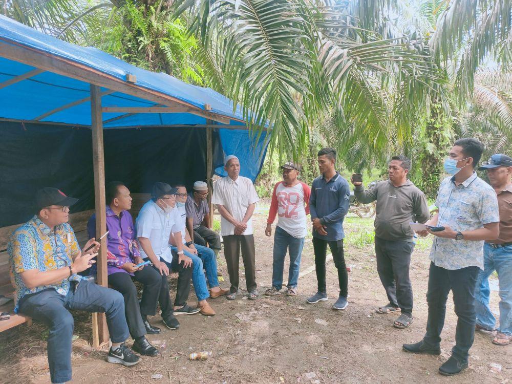Panitia Khusus (Pansus) konflik lahan DPRD Provinsi Jambi bergerak cepat mengecek lokasi konflik yang terjadi antara Kelompok Tani Hutan (KTH) Alam Rimbo Lestari dengan PT Agrindo Panca Tunggal Perkasa (APTP) di Kabupaten Sarolangun, Rabu (8/9/2021)