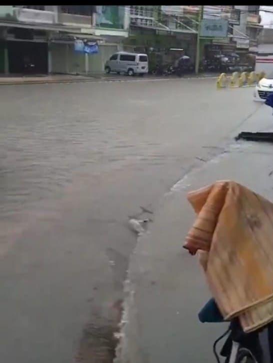 Banjir yang terjadi akibat drainase tak mampu menampung luapan air.