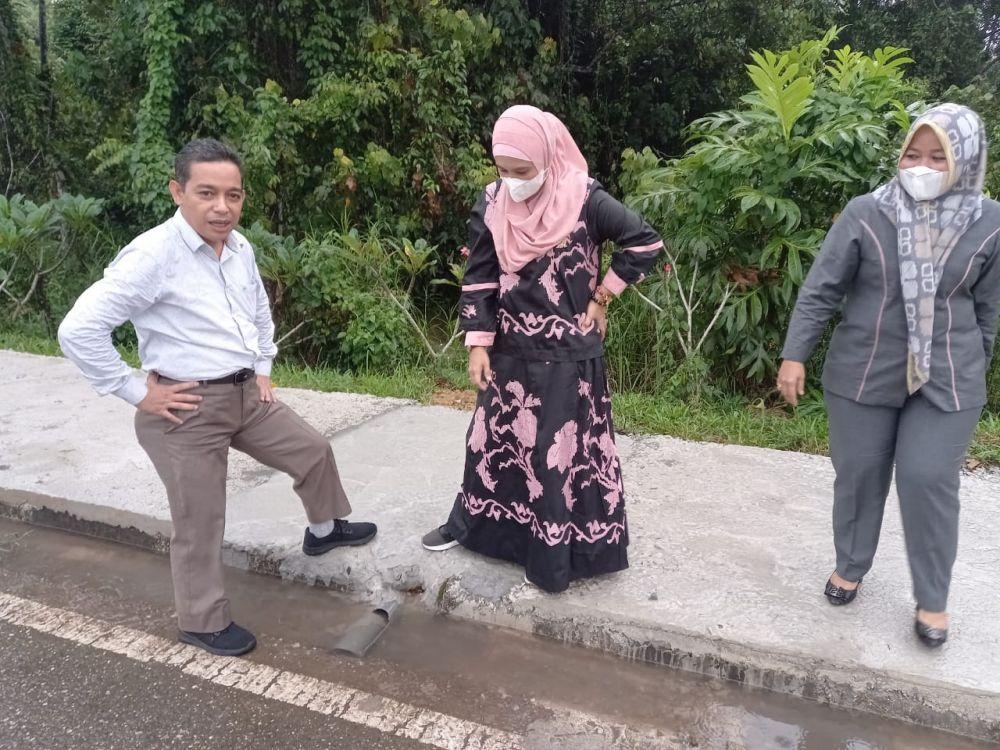 Angggota dewan ketika melakukan sidak pembangunan rehap trotoar kantor Bupati Muarojambi. Yang ditengarai ada kejanggalan