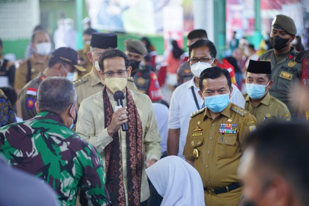 Gubernur Jambi Al Haris mendampingi Nadiem Makarim tinjau vaksin