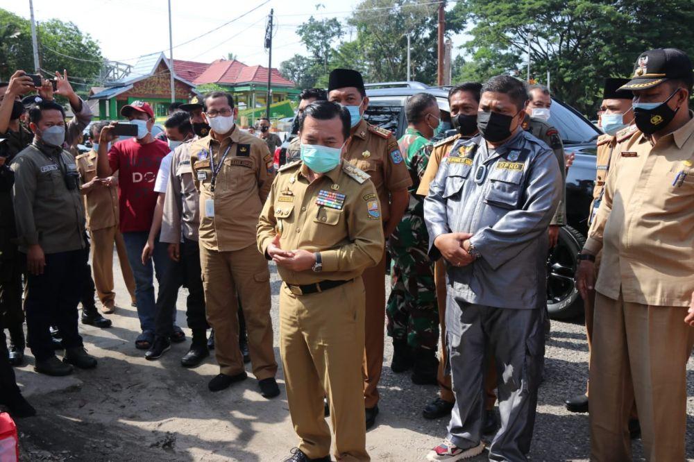 Gubernur Al Haris memberikan bantuan kepada Korban Kebakaran di pasar bawah kota bangko, Senin (20/09/2021).