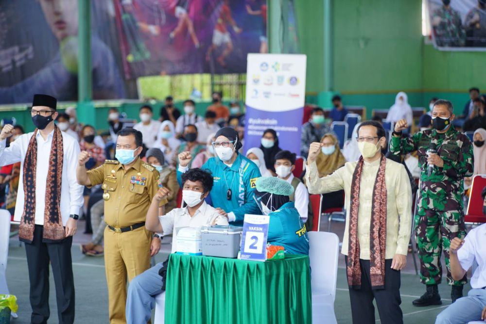Kemendikbudristek menyaksikan langsung pemberian Vaksin Covid-19 bagi pelajar di Kota Jambi, bertempat di Balai Prajurit Korem 042/Garuda Putih Jambi, Selasa (21/9).