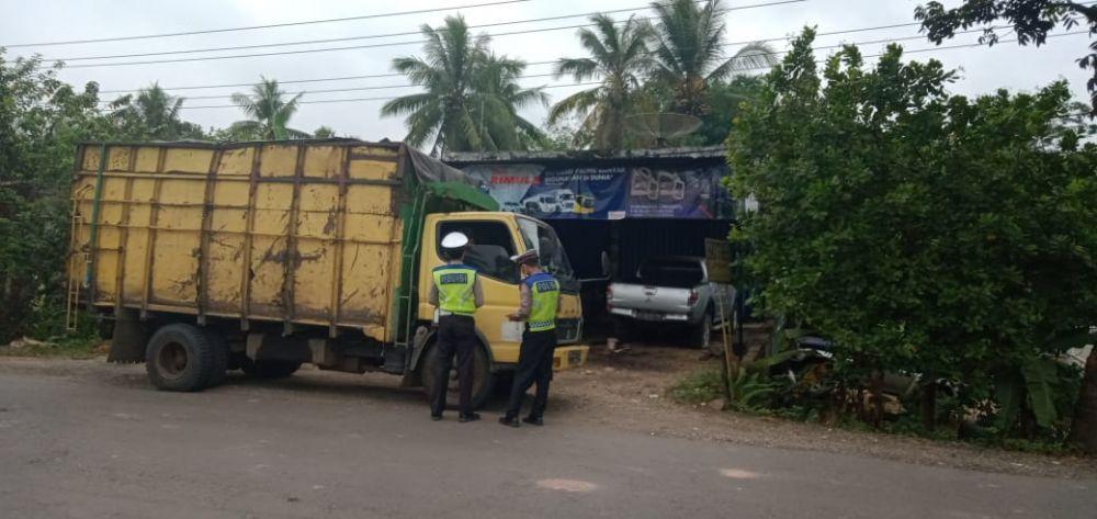 Polisi melakukan penindakan terhadap truk batubara